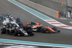 Stoffel Vandoorne, McLaren MCL32, en lutte avec Kevin Magnussen, Haas F1 Team VF-17, au départ