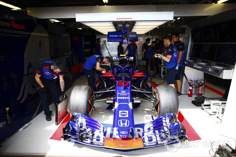 Toro Rosso mechanics prepare the Pierre Gasly Toro Rosso STR13