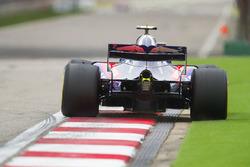 Pierre Gasly, Toro Rosso STR13 Honda, sort large sur l'astroturf au dernier virage
