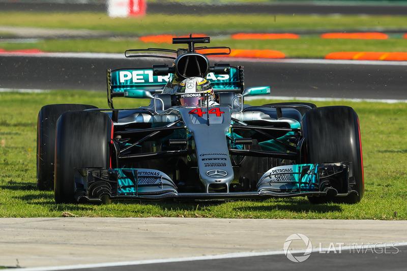 Lewis Hamilton, Mercedes-Benz F1 W08 se sigue hacia el césped