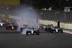 Lewis Hamilton, Mercedes F1 W07 Hybrid, bloque une roue au départ devant Nico Rosberg, Mercedes F1 W07 Hybrid, Max Verstappen, Red Bull Racing RB12 TAG Heuer, Nico Hulkenberg, Force India VJM09 Mercedes, Daniel Ricciardo, Red Bull Racing RB12 TAG Heuer