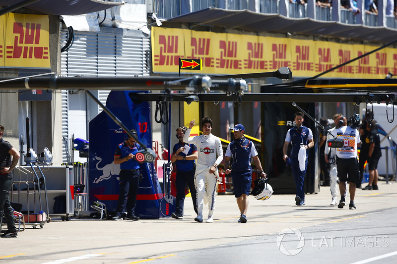 Lance Stroll, Williams Racing, walks back to the pits in qualifying