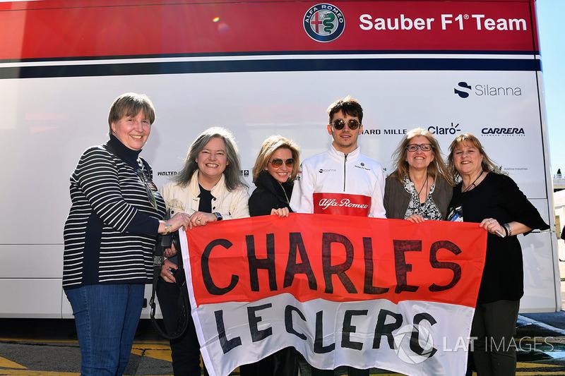 Antes dos trabalhos, os  fãs de Charles Leclerc conseguiram ver o piloto e tirar fotos.