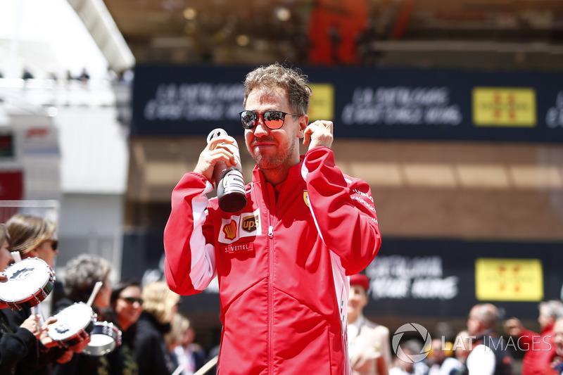 Sebastian Vettel, Ferrari, saat parade pembalap