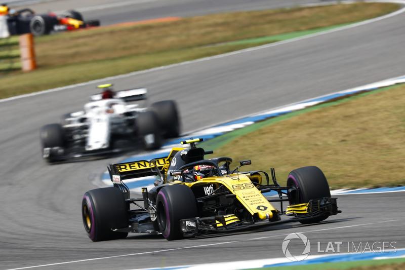 Carlos Sainz Jr., Renault Sport F1 Team R.S. 18, precede Charles Leclerc, Sauber C37