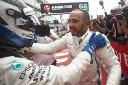 Valtteri Bottas, Mercedes AMG F1, y el ganador Lewis Hamilton, Mercedes AMG F1, celebran en el Parc Ferme