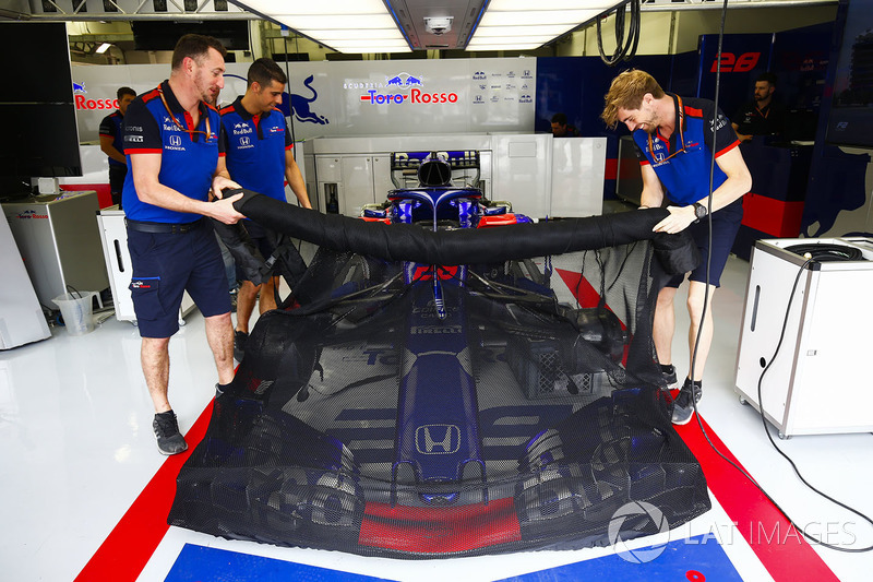 A protective cover lays over the Brendon Hartley Toro Rosso STR13 Honda