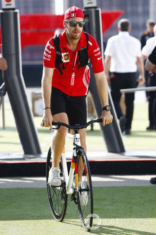 Sebastian Vettel, Ferrari, arriva nel paddock in sella a una bicicletta