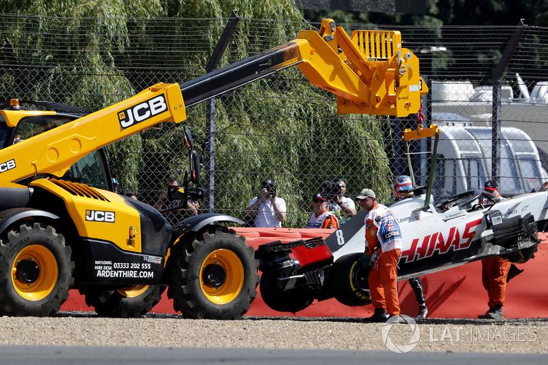 La monoposto di Romain Grosjean, Haas VF-18 viene recuperata nelle FP1