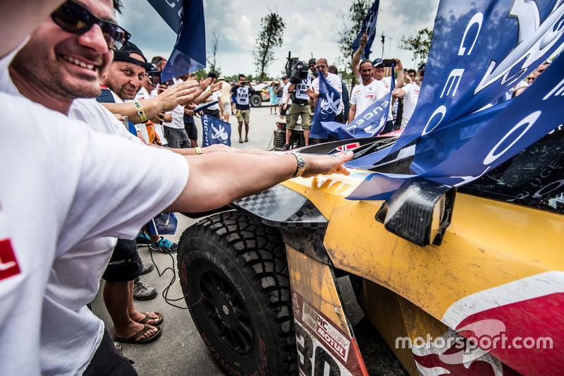 I vincitori #303 Peugeot Sport Peugeot 3008 DKR: Carlos Sainz, Lucas Cruz