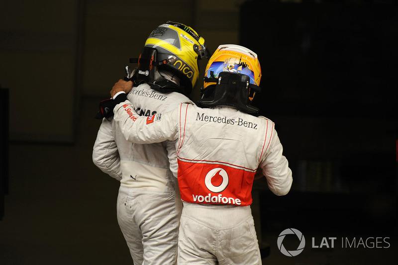 Yarış galibi Nico Rosberg, Mercedes AMG F1 W03 ve 3. Lewis Hamilton, McLaren, parc ferme