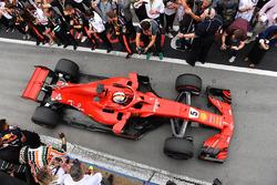Il vincitore della gara Sebastian Vettel, Ferrari SF71H, arriva nel parco chiuso