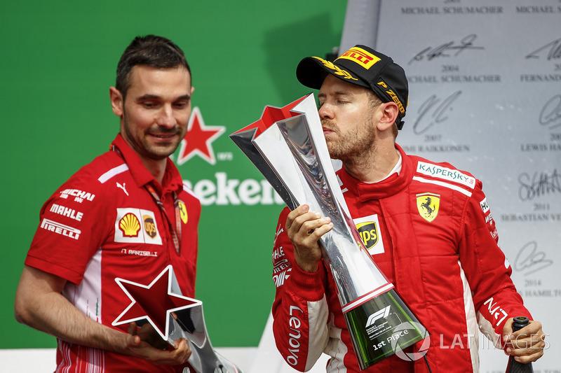 Sebastian Vettel, Ferrari, kupasını öpüyor, Nicola Bariselli,