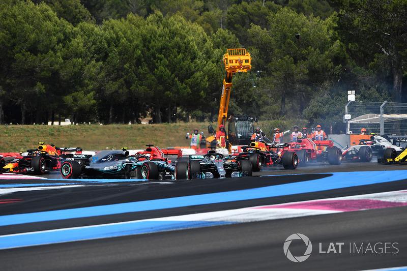 LSebastian Vettel, Ferrari SF71H trifft Valtteri Bottas, Mercedes-AMG F1 W09