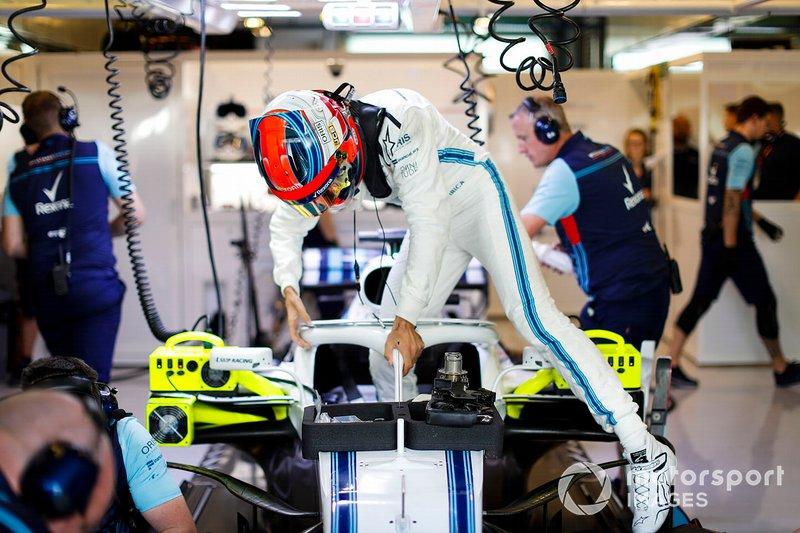 Роберт Кубіца, Williams Martini Racing, сідає у кокпіт у боксах