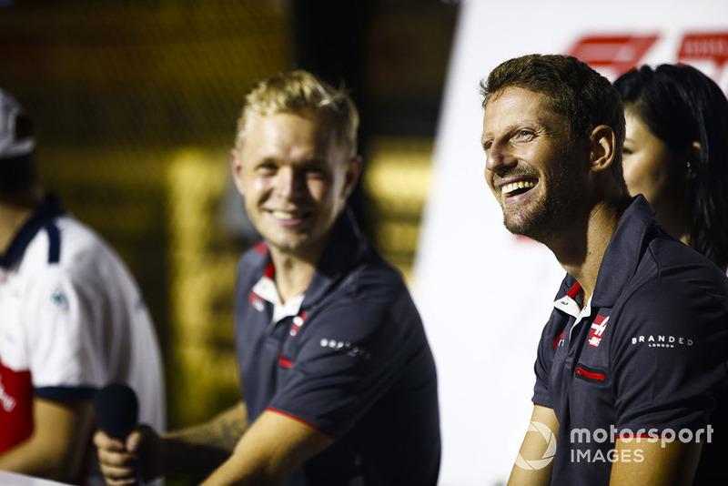Romain Grosjean, Haas F1 Team y Kevin Magnussen, Haas F1 Team, saludan a los fans