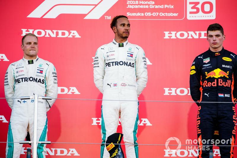 Il secondo classificato Valtteri Bottas, Mercedes AMG F1, e il vincitore della gara Lewis Hamilton, Mercedes AMG F1, e il terzo classificato Max Verstappen, Red Bull Racing, sul podio