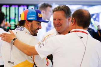 Fernando Alonso, McLaren, y Zak Brown, Director Ejecutivo, McLaren Racing, en el garaje
