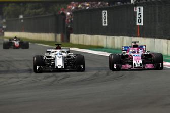 Marcus Ericsson, Sauber C37, battles with Sergio Perez, Racing Point Force India VJM11