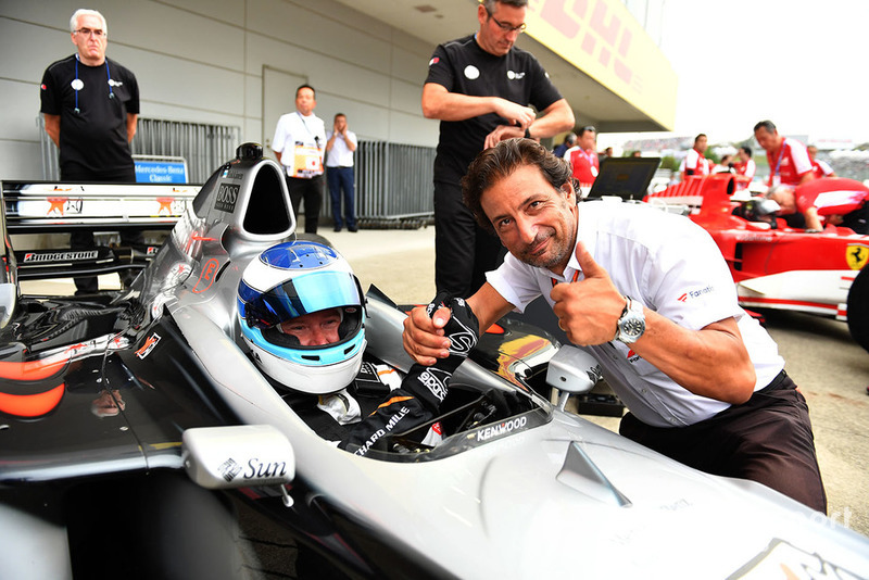 Mika Häkkinen, McLaren MP4/13 et Jean-Michel Tibi, caméraman de la FOM