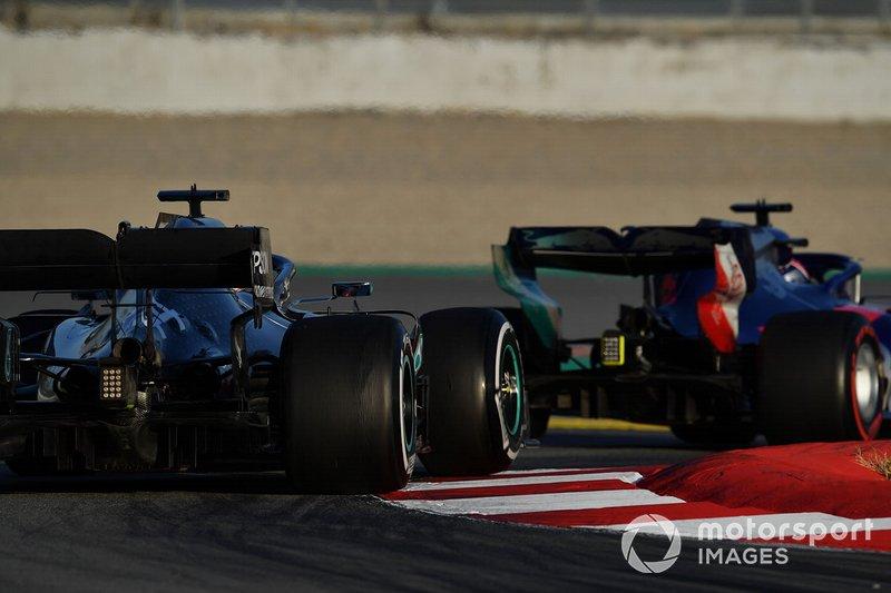 Lewis Hamilton, Mercedes-AMG F1 W10 EQ Power+ e Daniil Kvyat, Scuderia Toro Rosso STR14