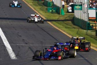 Daniil Kvyat, Toro Rosso STR14, precede Pierre Gasly, Red Bull Racing RB15, e Antonio Giovinazzi, Alfa Romeo Racing C38