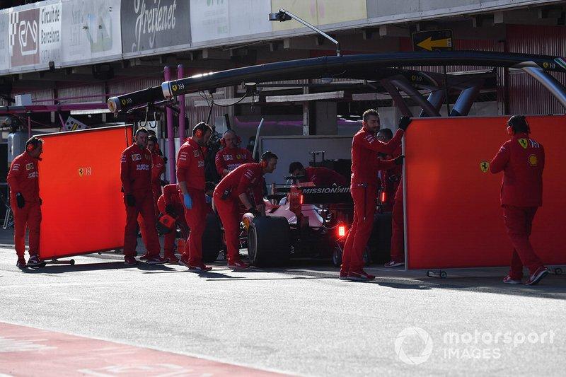 Sebastian Vettel, Ferrari SF90 et les mécaniciens Ferrari avec des panneaux