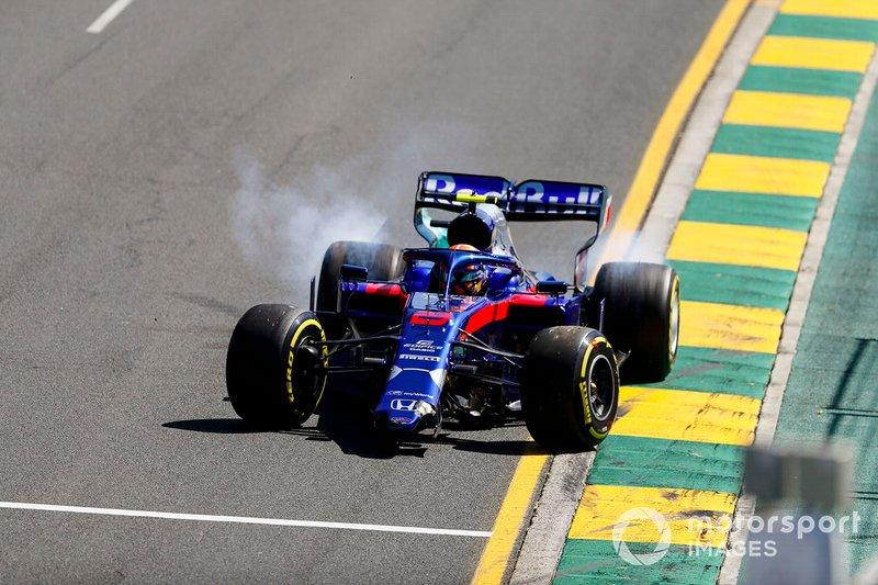 Alexander Albon, Toro Rosso STR14 con el morro roto después de trompear