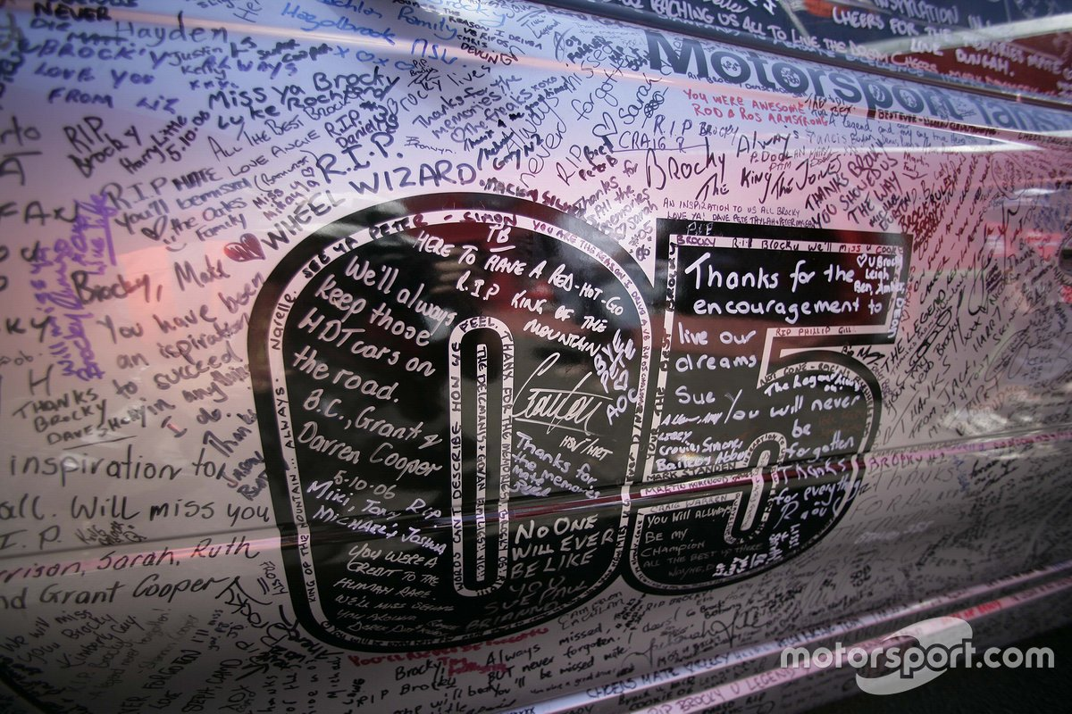V8 Supercar fans pay tribute to Peter Brock by signing a HSV Holden