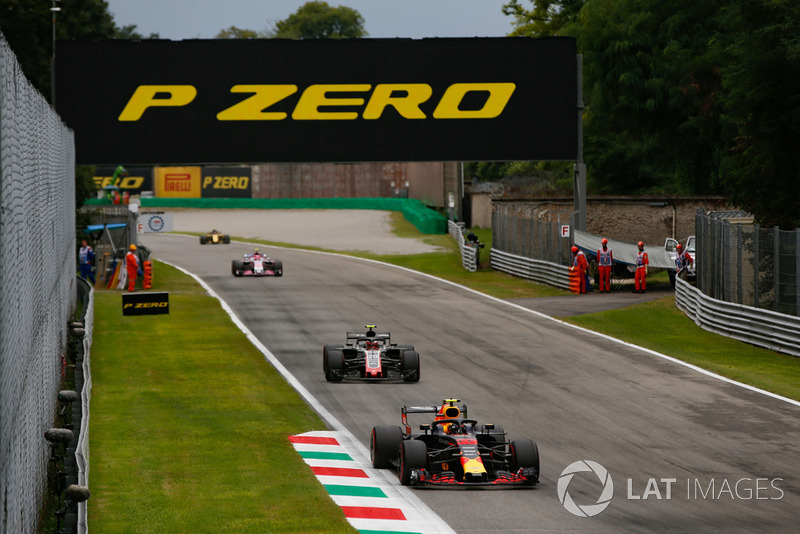 Max Verstappen, Red Bull Racing RB14, Kevin Magnussen, Haas F1 Team VF-18