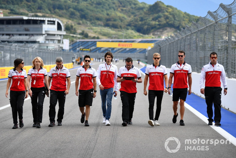 Antonio Giovinazzi, Sauber and Marcus Ericsson, Sauber walk the track