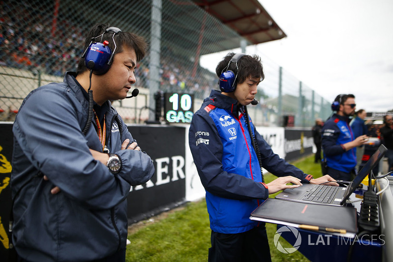 Toro Rosso Honda engineers at work on the grid