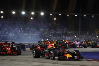 Max Verstappen, Red Bull Racing RB14, leads Sebastian Vettel, Ferrari SF71H, Valtteri Bottas, Mercedes AMG F1 W09 EQ Power+, and the remainder of the field at the start
