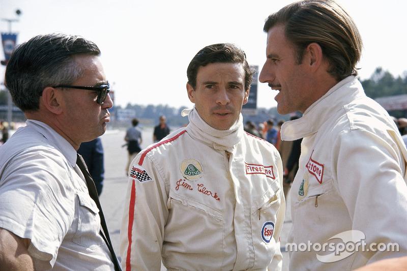 Гонщики Lotus Джим Кларк і Грем Хілл з прес-аташе Ford Волтером Хейсом