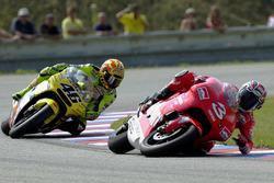 Sturz: Max Biaggi, Yamaha, vor Valentino Rossi, Honda