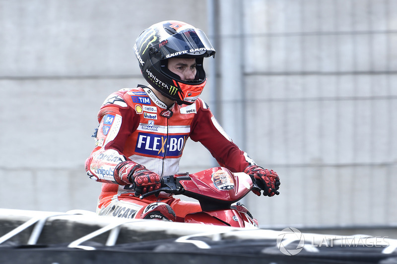 Jorge Lorenzo, Ducati Team regresa a los pits en un scooter después de chocar