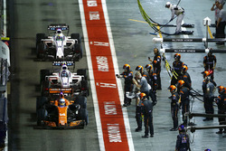 Fernando Alonso, McLaren MCL32, Lance Stroll, Williams FW40, Romain Grosjean, Haas F1 Team VF-17