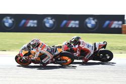 Marc Márquez, Repsol Honda Team, dépasse Jorge Lorenzo, Ducati Team
