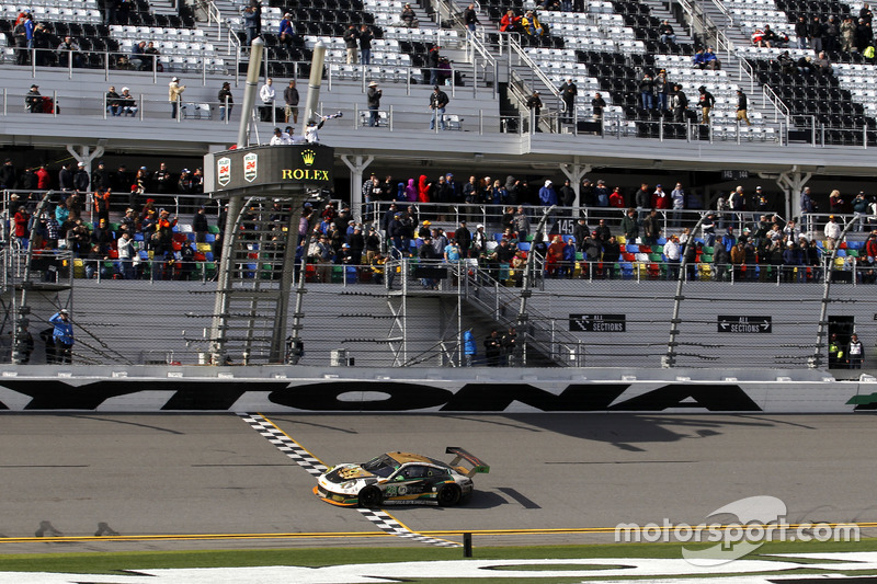 Finishvlag voor #28 Alegra Motorsports Porsche 911 GT3 R: Daniel Morad, Jesse Lazare, Carlos de Quesada, Michael de Quesada, Michael Christensen