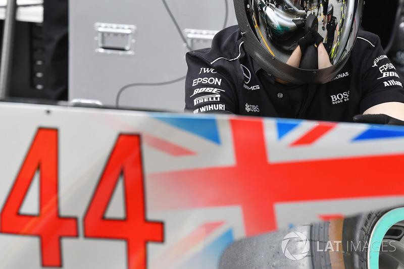 Mercedes AMG F1 W08 mechanic