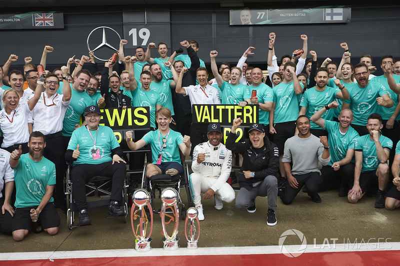Race winner Lewis Hamilton, Mercedes AMG F1, Valtteri Bottas, Mercedes AMG F1, celebrates with Billy Monger and the team