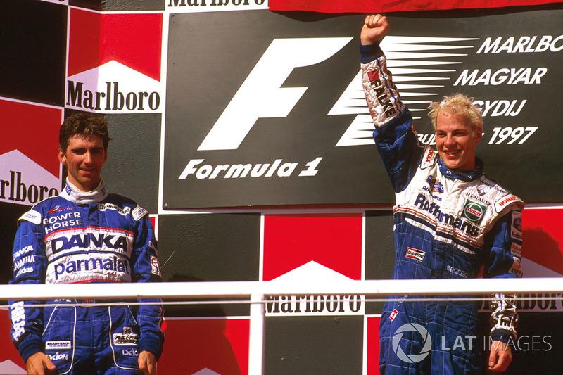 Mais adiante, depois de liderar a maior parte do GP da Hungria, Hill quase venceu. No entanto, um problema de acelerador o fez perder desempenho no final e Villeneuve o passou com menos de uma volta para a andeirada. O britânico foi 2º.