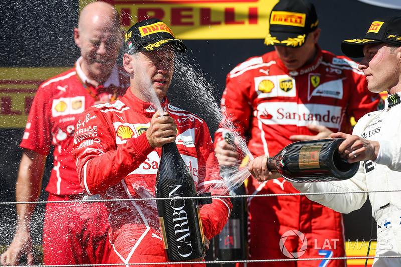 Podio: ganador de la carrera Sebastian Vettel, Ferrari, Kimi Raikkonen, Ferrari el segundo lugar y tercer lugar Valtteri Bottas, Mercedes AMG F1, Jock Clear, ingeniero jefe de Ferrari