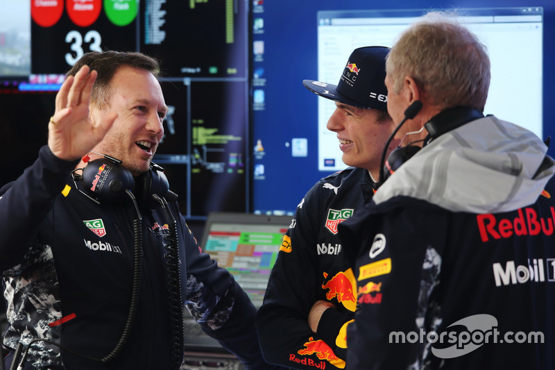 Director del equipo Christian Horner, Red Bull Racing, Max Verstappen, Red Bull Racing y Helmut Markko, consultor, Red Bull Racing, en el garaje