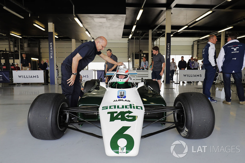 Williams FW08 beroda enam