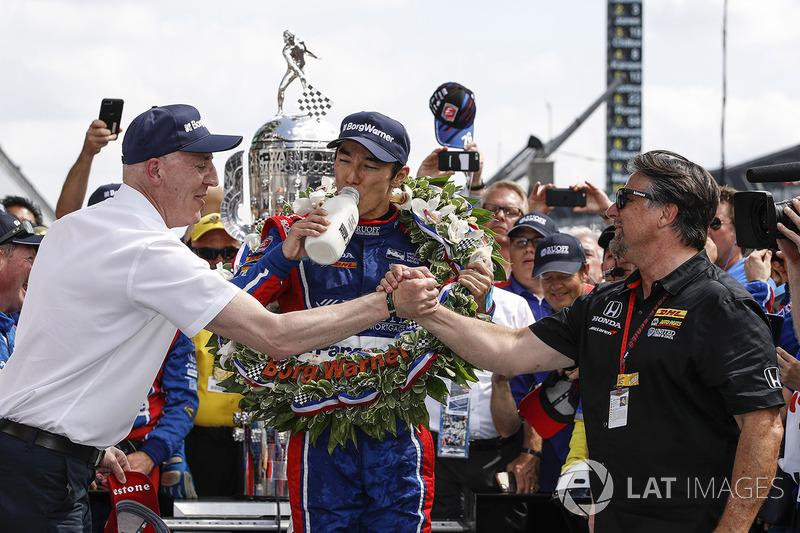 Winner Takuma Sato, Andretti Autosport Honda celebrates with team owner Michael Andretti, Andretti Autosport team owner