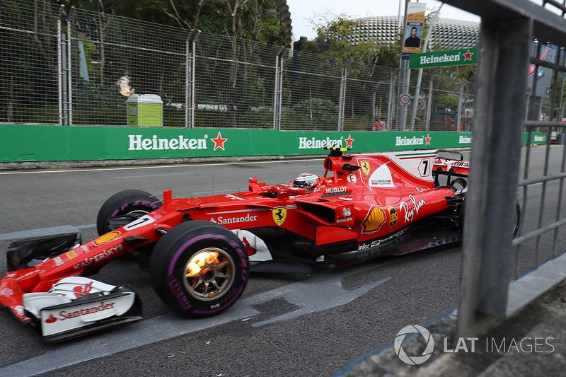 Kimi Raikkonen, Ferrari SF70H, ön frenler yanıyor