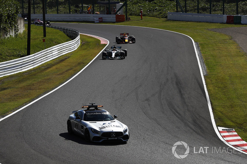 La Safety Car precede Lewis Hamilton, Mercedes AMG F1 W08, Max Verstappen, Red Bull Racing RB13