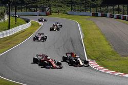 Départ : Max Verstappen, Red Bull Racing RB13, dépasse Sebastian Vettel, Ferrari SF70H