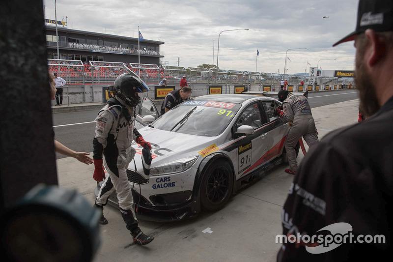 #91 MARC Cars Australia, MARC Focus V8: Keith Kassulke, William Brown, Rod Salmon, acción en el pit stop